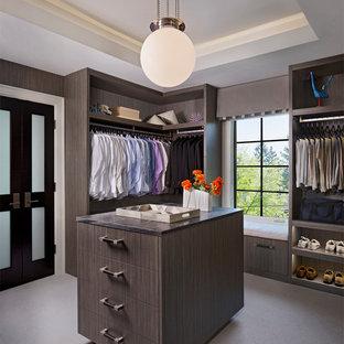 Diseño de vestidor de hombre, actual, grande, con armarios abiertos, moqueta, puertas de armario de madera en tonos medios y suelo gris