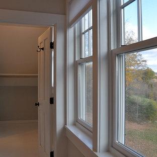 Modelo de armario vestidor unisex, tradicional, pequeño, con puertas de armario blancas y suelo de madera pintada