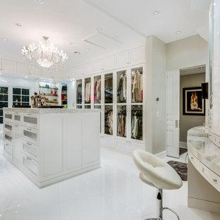 ラスベガスの女性用トランジショナルスタイルのおしゃれなウォークインクローゼット (シェーカースタイル扉のキャビネット、白いキャビネット、白い床) の写真