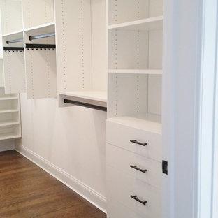 Foto de armario vestidor de mujer, clásico renovado, de tamaño medio, con armarios con paneles lisos y puertas de armario blancas