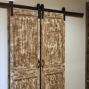 Modelo de vestidor unisex, campestre, de tamaño medio, con armarios con paneles con relieve, puertas de armario con efecto envejecido, suelo de ladrillo y suelo multicolor