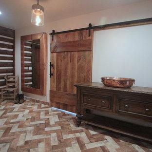 Idéer för att renovera ett mellanstort lantligt omklädningsrum för könsneutrala, med luckor med upphöjd panel, skåp i slitet trä, tegelgolv och flerfärgat golv