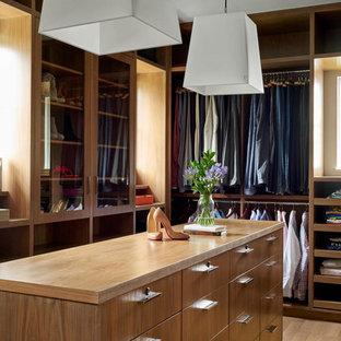 Idéer för att renovera ett vintage omklädningsrum för könsneutrala, med skåp i mellenmörkt trä och ljust trägolv