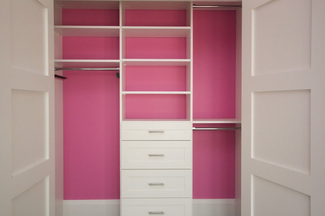 Transitional Closet by CLOSET ENVY INC.