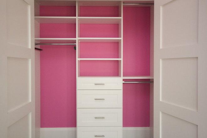 modern closet by CLOSET ENVY INC.