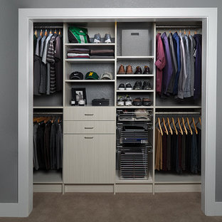 Idee per un piccolo armadio o armadio a muro per uomo minimalista con ante lisce e ante grigie