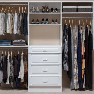 Modelo de armario de mujer, contemporáneo, de tamaño medio, con armarios con paneles con relieve, puertas de armario blancas y moqueta