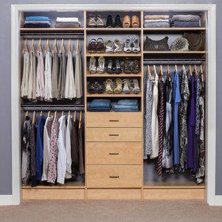 Foto de armario unisex, actual, pequeño, con armarios con paneles lisos, puertas de armario de madera clara y moqueta