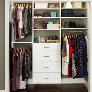 Foto de armario de mujer, actual, pequeño, con armarios con paneles lisos, puertas de armario blancas y suelo de madera oscura