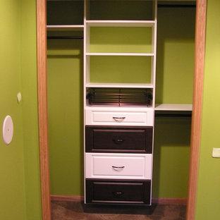 Foto di un piccolo armadio o armadio a muro unisex classico con ante con bugna sagomata, ante bianche e moquette