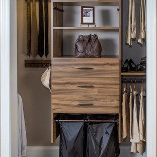 Immagine di una cabina armadio unisex chic con ante lisce, ante con finitura invecchiata e moquette