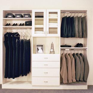 Imagen de armario vestidor unisex, tradicional renovado, de tamaño medio, con armarios tipo vitrina, moqueta, suelo gris y puertas de armario blancas