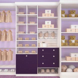 Réalisation d'un petit placard dressing pour une femme avec un placard à porte plane, des portes de placard blanches, moquette et un sol violet.