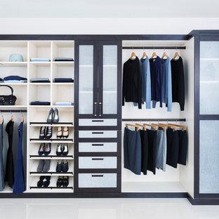 Ejemplo de armario unisex, de tamaño medio, con armarios con rebordes decorativos, puertas de armario azules y suelo blanco