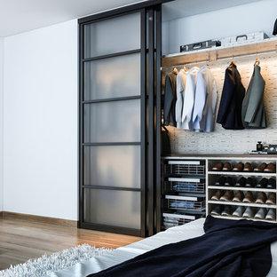 EIngebautes, Kleines Modernes Ankleidezimmer mit flächenbündigen Schrankfronten, grauen Schränken, braunem Holzboden und braunem Boden in Philadelphia