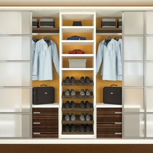 Modelo de armario de tamaño medio con armarios con paneles lisos, puertas de armario de madera en tonos medios, moqueta y suelo marrón
