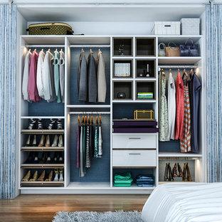 Idee per un piccolo armadio o armadio a muro con ante lisce, ante bianche, pavimento in legno massello medio e pavimento marrone