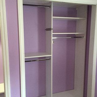 Diseño de armario de mujer, clásico renovado, pequeño, con armarios abiertos, puertas de armario blancas y suelo de madera oscura