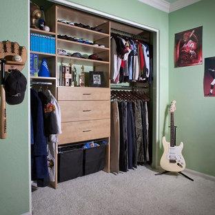 Imagen de armario de hombre, tradicional renovado, pequeño, con armarios con paneles lisos, puertas de armario de madera clara y moqueta