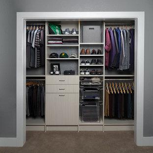 Modelo de armario de hombre, clásico renovado, pequeño, con armarios con paneles lisos, puertas de armario de madera clara y moqueta