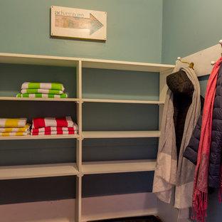 Modelo de armario vestidor unisex, clásico, pequeño, con armarios abiertos y puertas de armario blancas