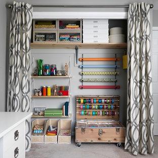 Foto de armario tradicional renovado con armarios abiertos, puertas de armario de madera clara y moqueta