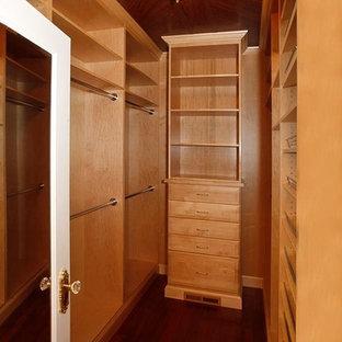 Mittelgroßer, Neutraler Klassischer Begehbarer Kleiderschrank mit offenen Schränken, hellen Holzschränken, dunklem Holzboden und braunem Boden in Philadelphia