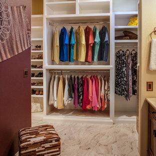 Ejemplo de vestidor unisex, rústico, de tamaño medio, con armarios abiertos, puertas de armario blancas y suelo de baldosas de cerámica