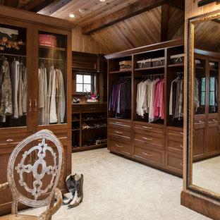 Ispirazione per uno spazio per vestirsi unisex classico di medie dimensioni con ante con riquadro incassato, ante in legno bruno, moquette e pavimento beige