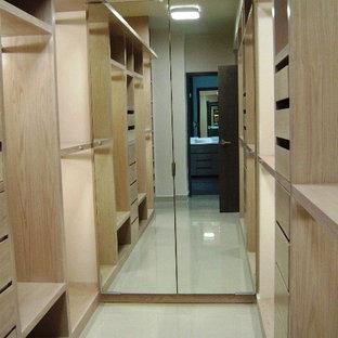 Foto de vestidor unisex, actual, de tamaño medio, con puertas de armario blancas y suelo de cemento
