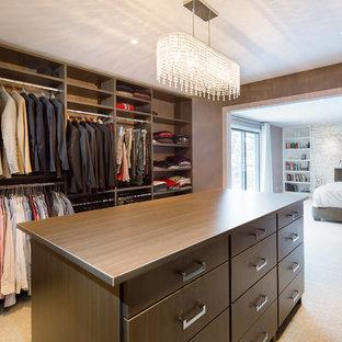 Foto de armario vestidor unisex, actual, de tamaño medio, con moqueta, armarios abiertos y puertas de armario marrones