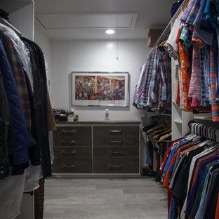 Ejemplo de armario vestidor de hombre, minimalista, grande, con armarios abiertos, puertas de armario blancas, suelo de baldosas de porcelana y suelo gris