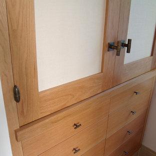 Diseño de armario unisex, contemporáneo, pequeño, con armarios con paneles lisos, puertas de armario de madera clara, suelo de piedra caliza y suelo beige