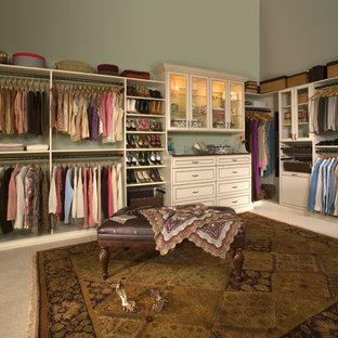 Ejemplo de armario vestidor unisex, romántico, grande, con armarios con paneles con relieve, puertas de armario beige y moqueta