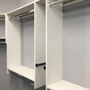 Modelo de armario vestidor unisex, actual, grande, con armarios con paneles lisos, puertas de armario grises y suelo gris
