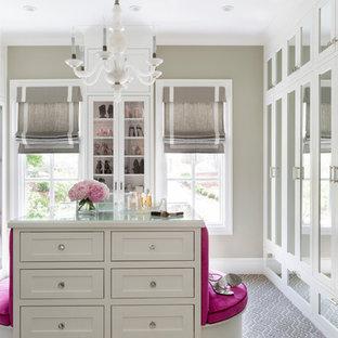 Großer Klassischer Begehbarer Kleiderschrank mit Schrankfronten mit vertiefter Füllung, weißen Schränken, Teppichboden und grauem Boden in Little Rock