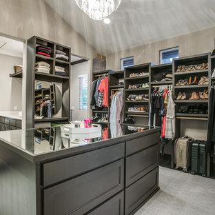 Modelo de armario vestidor unisex, contemporáneo, grande, con armarios estilo shaker, puertas de armario negras, moqueta y suelo gris