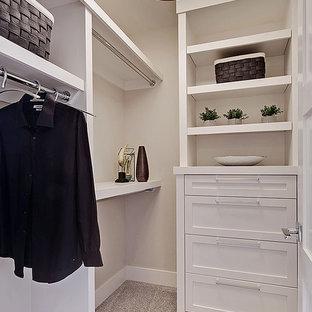 Imagen de armario vestidor unisex, clásico renovado, de tamaño medio, con armarios estilo shaker, puertas de armario blancas y moqueta
