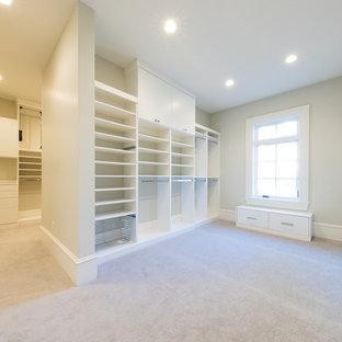 Foto de vestidor unisex, clásico, extra grande, con armarios con paneles lisos, puertas de armario blancas, moqueta y suelo blanco