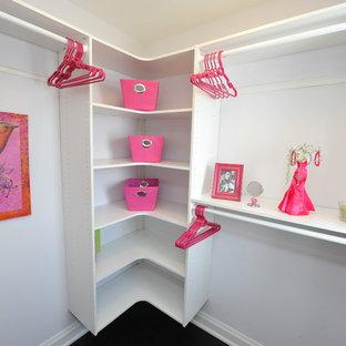 Ejemplo de armario vestidor de mujer, minimalista, pequeño, con armarios abiertos, puertas de armario blancas, suelo de madera oscura y suelo marrón