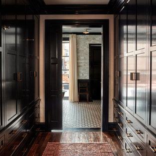 Foto di una cabina armadio unisex chic di medie dimensioni con ante in stile shaker, ante in legno bruno e parquet scuro