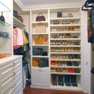 Bild på ett mellanstort vintage walk-in-closet för kvinnor, med luckor med upphöjd panel, vita skåp och mellanmörkt trägolv