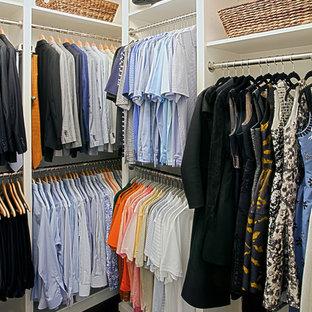 Imagen de armario vestidor de hombre, clásico, de tamaño medio, con armarios con paneles con relieve, puertas de armario blancas y suelo de madera en tonos medios