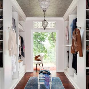 Ispirazione per uno spazio per vestirsi per donna con ante bianche, parquet scuro e pavimento marrone