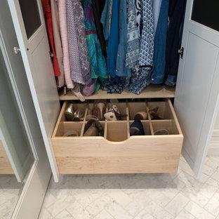 Idéer för att renovera en mycket stor vintage garderob, med luckor med infälld panel, vita skåp, klinkergolv i keramik och vitt golv