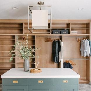 Ejemplo de vestidor unisex, clásico renovado, grande, con armarios estilo shaker, puertas de armario verdes, moqueta y suelo gris
