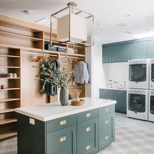 Foto de vestidor unisex, clásico renovado, grande, con armarios estilo shaker, puertas de armario verdes, moqueta y suelo gris