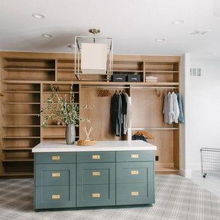 Modelo de vestidor unisex, clásico renovado, grande, con armarios estilo shaker, puertas de armario verdes, moqueta y suelo gris