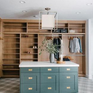 ソルトレイクシティの広い男女兼用トランジショナルスタイルのおしゃれなフィッティングルーム (シェーカースタイル扉のキャビネット、緑のキャビネット、カーペット敷き、グレーの床) の写真