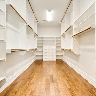 Foto de armario vestidor unisex, clásico renovado, grande, con armarios estilo shaker, puertas de armario blancas y suelo de madera en tonos medios